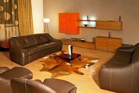 brown leather sofa: Grande area soggiorno con divano in pelle marrone