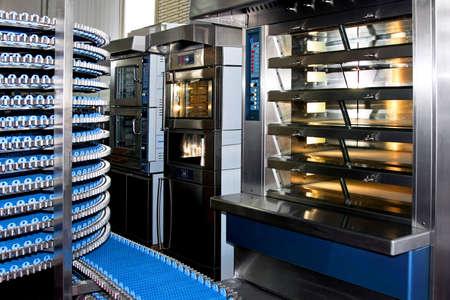 patisserie: Interno della fabbrica di panetteria con grande forno  Archivio Fotografico