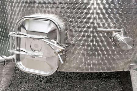 cisterna: Cisterna de acero inoxidable puerta para uso industrial  Foto de archivo