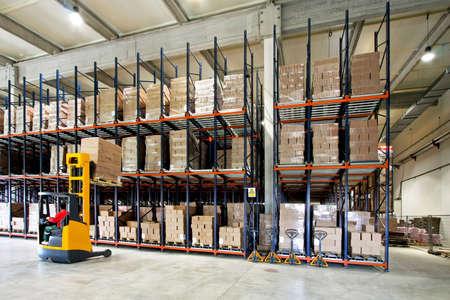 carretillas almacen: Amarillo horquilla lifter trabajo en grandes almacenes