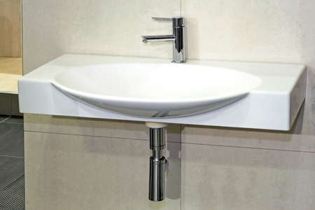 lavabo: Simple white basin in wide oval shape