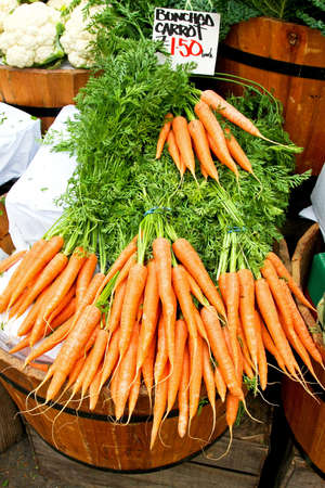 bunched: Fresh organic bunched carrots in wooden bucket