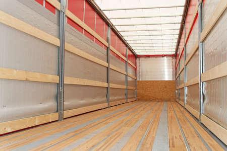 trailer: Vista interior de camiones vac�os semi remolque  Foto de archivo