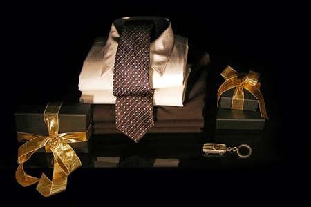 lazo de regalo: Los hombres con camisa y corbata de seda cajas de regalo Foto de archivo
