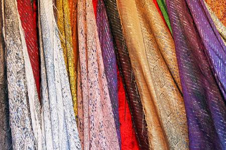 bufandas: Mont�n de brillantes y coloridos pa�uelos textiles