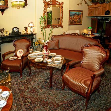 orologi antichi: Interni girato molto vecchio negozio di antiquariato Archivio Fotografico