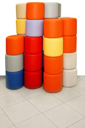 cylindrical: Grappolo di forma cilindrica e sgabelli colorati posti