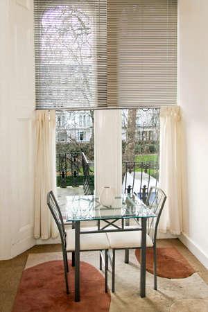 window shade: Interior de disparo en el comedor peque�o apartamento