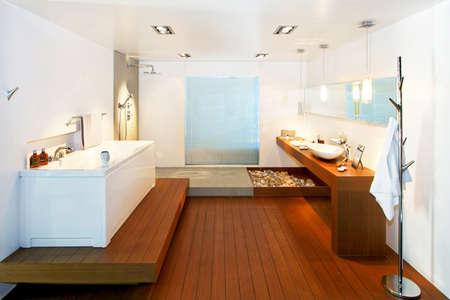 tub: Gran cuarto de ba�o con suelo de madera en estilo natural Foto de archivo