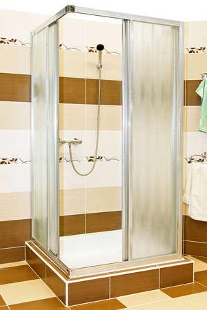 duschkabine: Das Innere der Duschkabine mit braunen Fliesen
