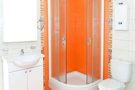 cabine de douche: Salle de bain avec cabine de douche en couleur orange Banque d'images