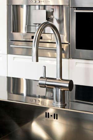 electric fixture: Primo piano colpo di rubinetto in cucina moderna