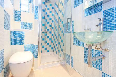 washroom: Interior de disparo moderno y nuevo ba�o de color azul