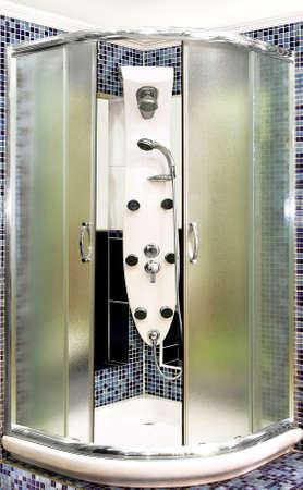 cabine de douche: Gros plan coup de cabine de douche en verre