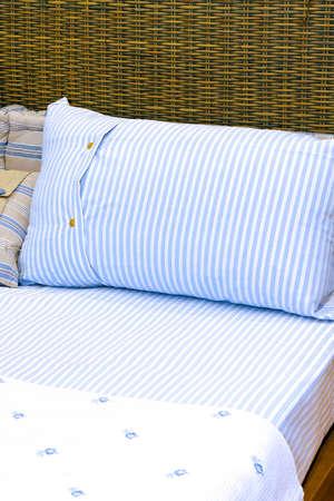 S�banas de algod�n con rayas en una cama rota Foto de archivo - 5286602