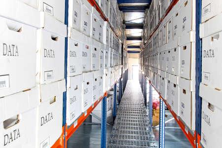data warehouse: Largas filas de cajas en el almac�n de datos de