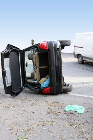 clash: Tr�fico negro rollo accidente de coche por el costado Foto de archivo