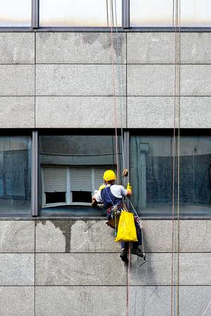 kockázatos: Windows cleaner at danger and risky work