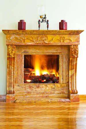 Interni di lusso con caminetto di marmo giallo