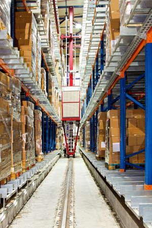 warehouse interior: Robot di trasporto automatico casella in grande magazzino Archivio Fotografico