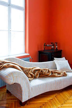 divan: Orange rinc�n sal�n con sof� retro Foto de archivo