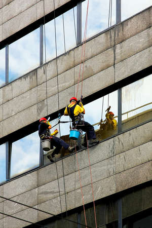 kockázatos: Two window cleaners at risky and danger work