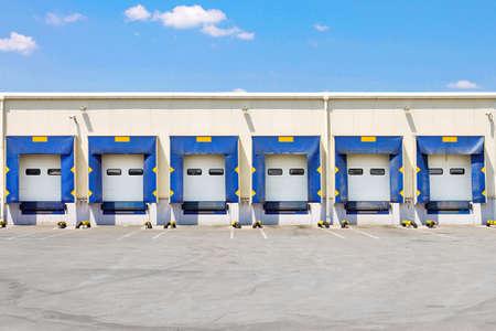 Vue de face du quai de chargement grand entrepôt Banque d'images
