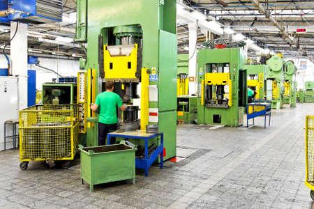 linea de produccion: M�quinas de producci�n de metales pesados y el interior de f�brica