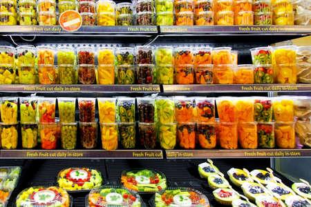estanterias: Gran estante de supermercado con frutas frescas Foto de archivo