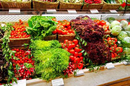 新鮮な野菜のスーパー マーケットで大きな棚 写真素材