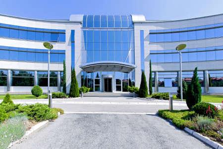 comercial: Vista frontal del edificio de oficinas de cristal azul  Foto de archivo