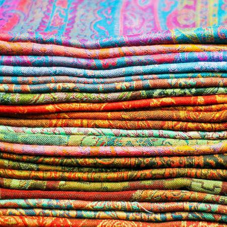 bufandas: Gran pila de coloridos pa�uelos de seda Asia