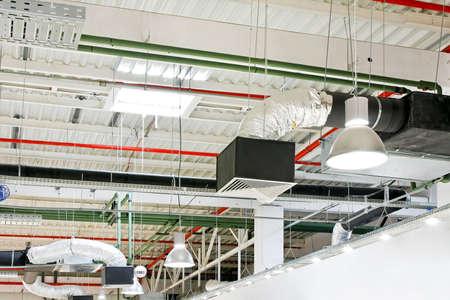 duct: Equipos de ventilaci�n de conductos de aire industrial en el techo Foto de archivo