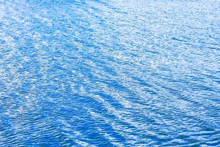 lagos: Fondo de superficie de agua de lago azul y limpio