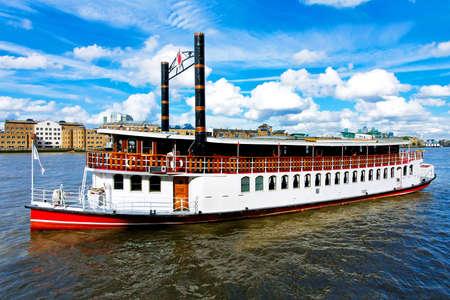 the boat on the river: Barco de vapor de estilo retro en el r�o T�mesis