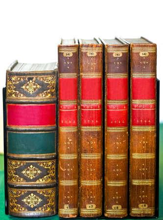 図書館の棚は、古書中世