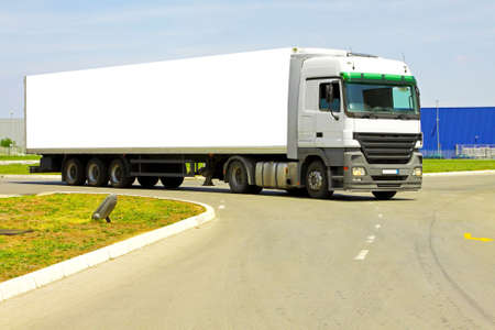 Side view of long white semi lorry Banque d'images
