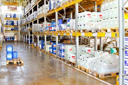 Rack largo en almacén con químicos líquidos  Foto de archivo