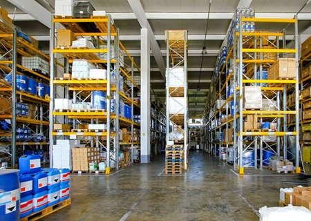 Gran almacén con material químico en barriles  Foto de archivo