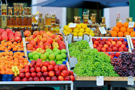 Frutas frescas y orgánicos en el mercado de los agricultores
