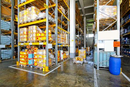 Almacén con materiales inflamables en latas y barricas