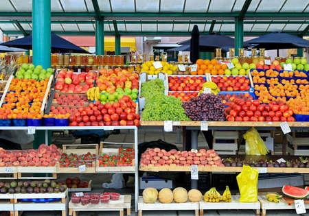 Verse organische vruchten op de boeren markt kraam Stockfoto