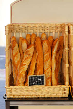Traditionnel pain baquette français dans le panier
