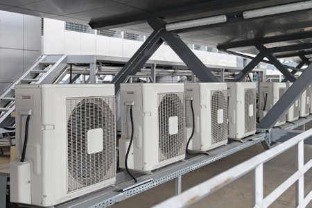 aire acondicionado: Aire acondicionado unidades condensadoras en la construcción de la azotea Foto de archivo