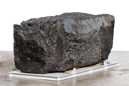 grafito: Bloque grande de mineral negro antracita