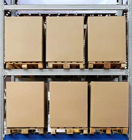 palet: Cartón cajas con paletas en el almacén de distribución Foto de archivo