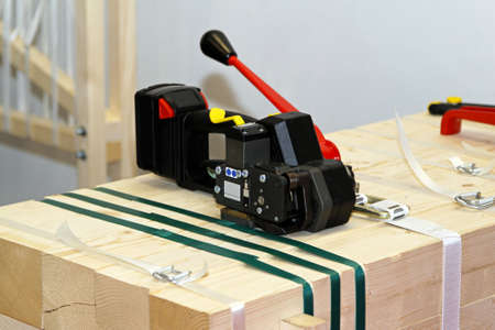 Portable strapping machine for packing crates and boxes