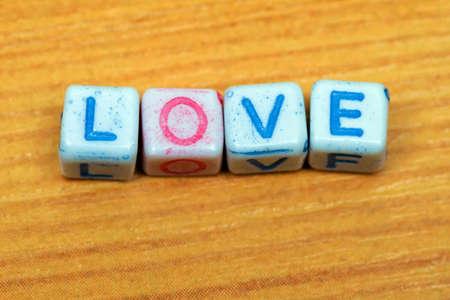 hacer el amor: Mensaje del amor hecha de cartas dados de plástico