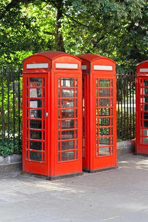 cabina telefonica: Tradicionales botas de teléfonos roja británica en la calle en Londres Foto de archivo