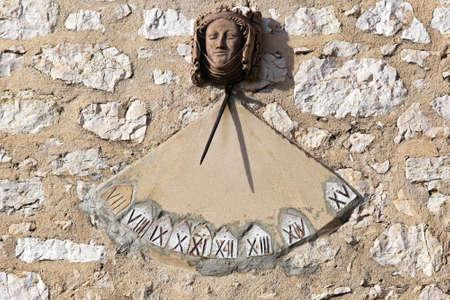 reloj de sol: Reloj de sol Reloj con n�meros romanos en la pared sur Foto de archivo